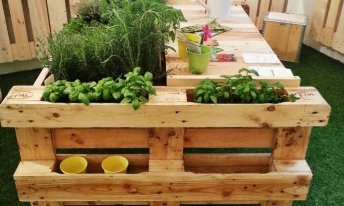 Orto urbano diy 4 idee per un mini giardino for Bancali legno per arredare