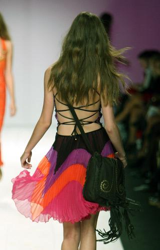 La moda gioca con nodi e incroci