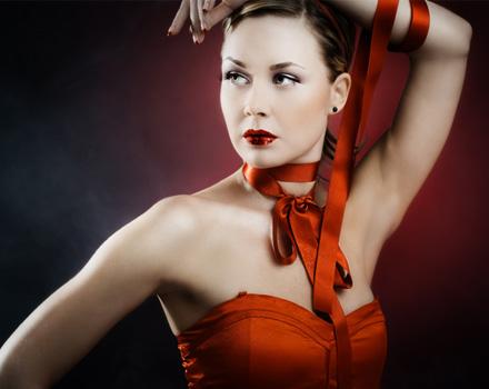 Donna con nastro rosso