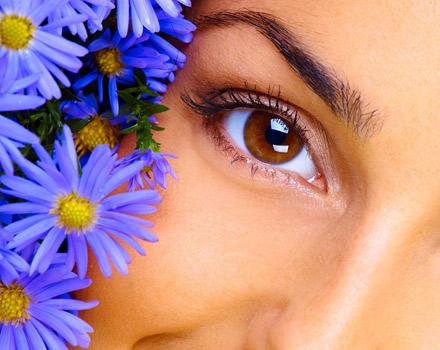 Donna con fiori blu