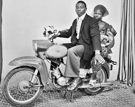 L'Africa in rosa nelle fotografie di Malick Sidibé