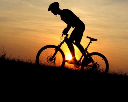 Ciclista al tramonto