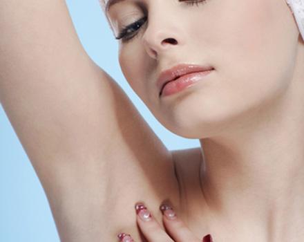 Donna con ascella depilata