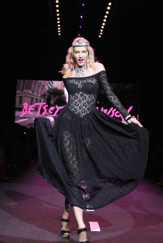 Betsey Johnson gioca a New York
