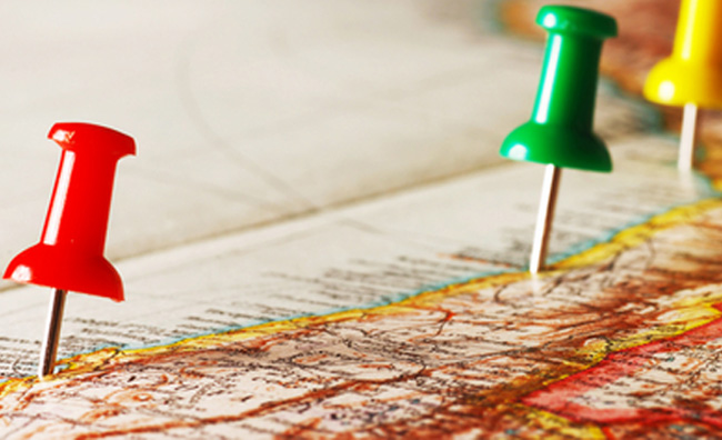 mappa con puntine colorate