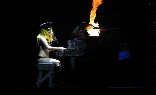 Lady Gaga in una performance dal vivo
