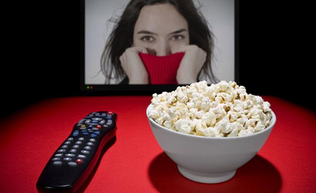 Telecomando, tv e popcorn