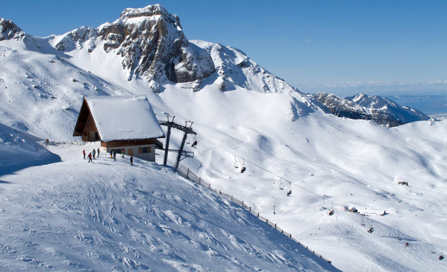 Seggiovia in montagna con la neve