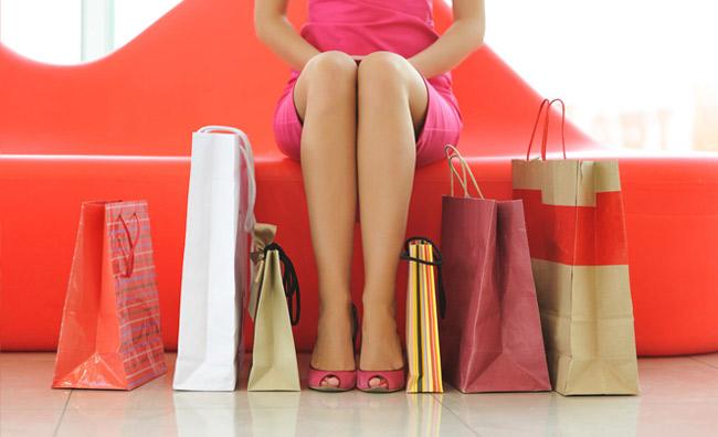 Donna con buste dello shopping