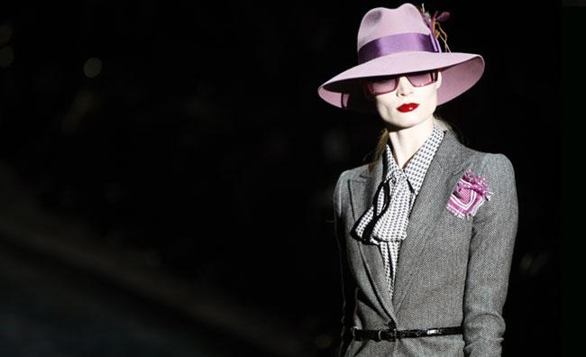 La donna Gucci si avvolge di glamour