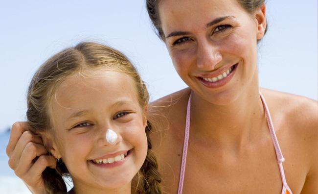Mamma e figlia protezione solare