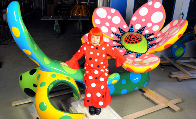 Yayoi Kusama with Flowers that Bloom at Midnight, Tokyo 2009