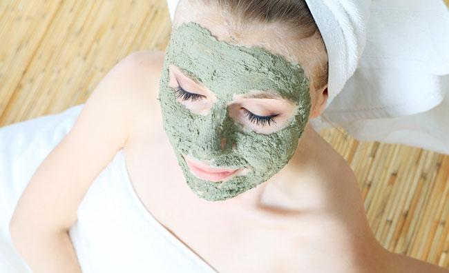 Pelle splendente con la maschera di bellezza