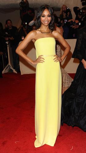 Zoe Saldana giallo minimale