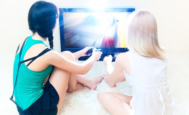 ragazze che giocano ai videogames
