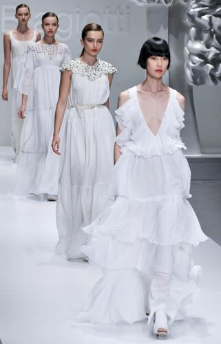 Gli abiti bianchi di Laura Biagiotti