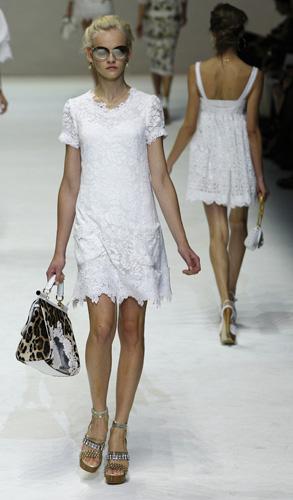 Dolce&Gabbana firmano il mini abito in pizzo bianco