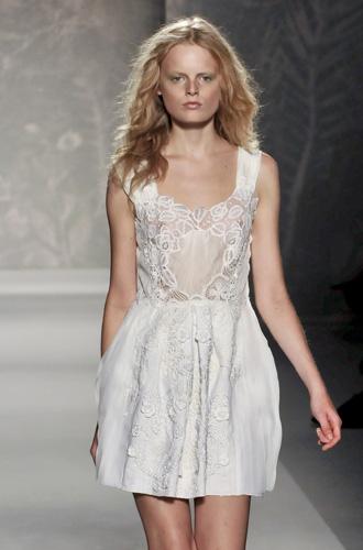 Etereo e leggero l'abito bianco di Alberta Ferretti
