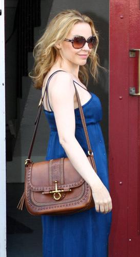 Kylie Minogue con abito blu