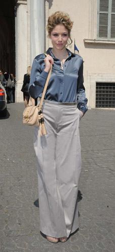 Sarah Felberbaum con pantaloni a zampa