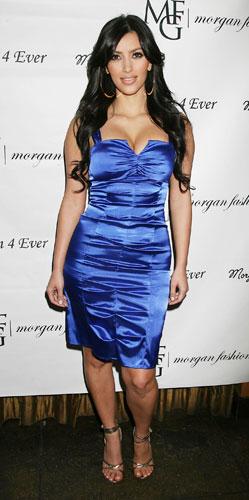 Kim Kardashian in abito blu elettrico