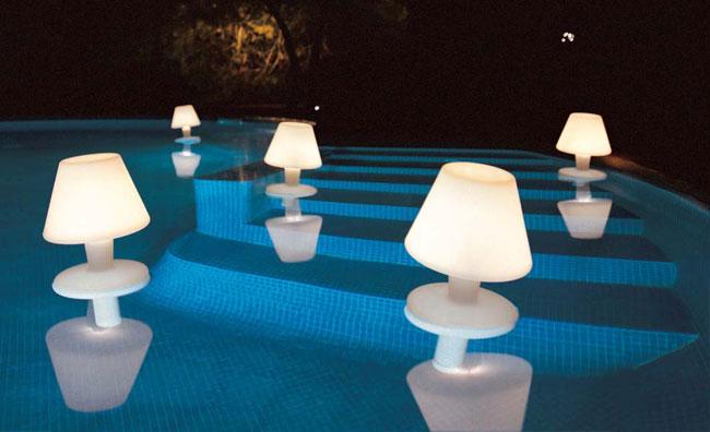 Riflessi di luce galleggiano sull'acqua