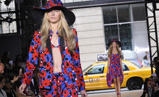 Lo stile floreale e fluo di DKNY