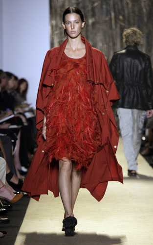 Michael Kors abito rosso e impermeabile