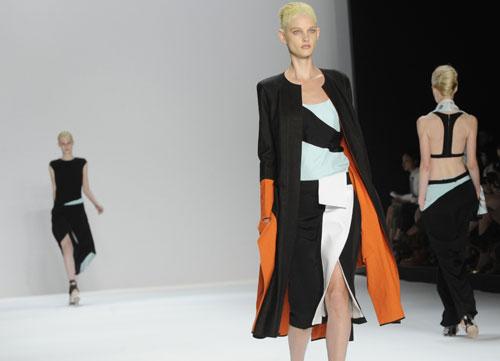Narciso Rodriguez abito arancio, nero celeste