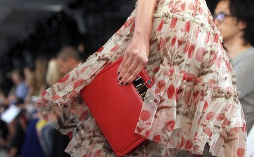 Oscar de la Renta dettaglio borsa rossa e abito fiori