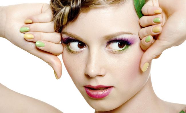 Ragazza unghie colorate
