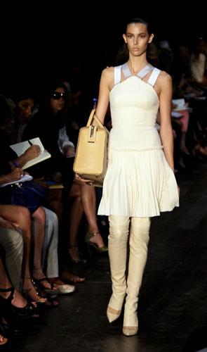 Victoria Beckham abito crema