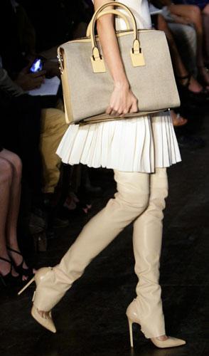 Victoria Beckham dettaglio borsa e stivali crema