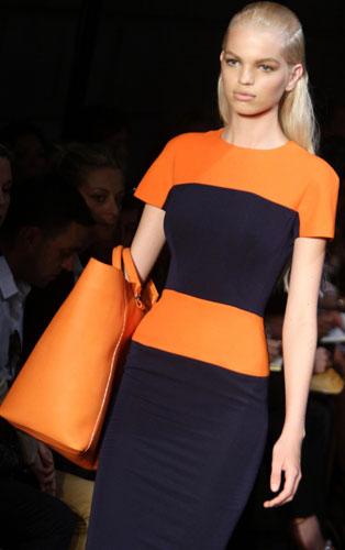 Victoria Beckham abito arancio e blu