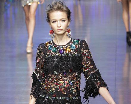 Dolce & Gabbana: Abito nero - Pietre colorate - Orecchini Pendenti