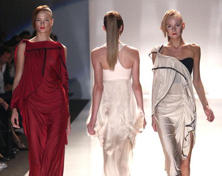 Byblos: abito lungo rosso plissettato