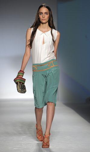 Alberta Ferretti: Camicetta Bianca - Pantaloni Corti - Pochette