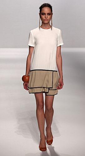 Alviero Martini: abito corto bianco beige - maxi bracciali