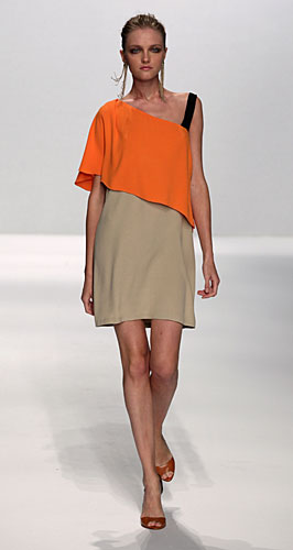 Alviero Martini: abito monospalla arancio beige