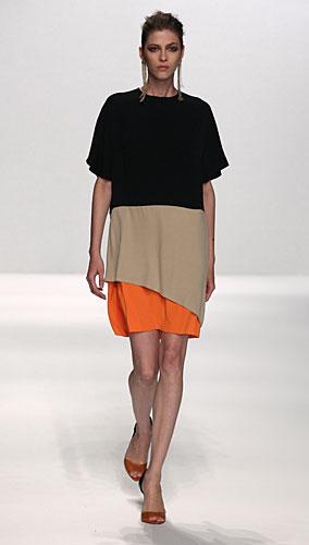 Alviero Martini: abito corto nero beige arancio
