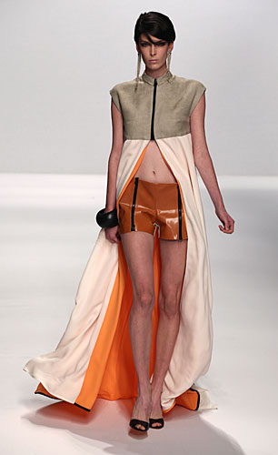 Alviero Martini: shorts arancio righe nere