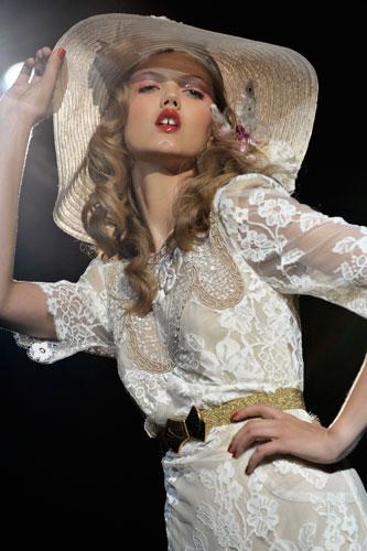 Anna Sui: Cappello Bianco - Abito Bianco
