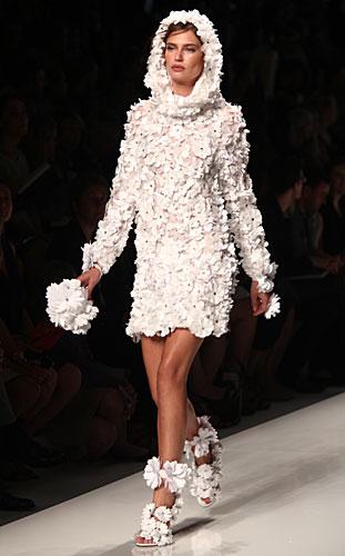 Blumarine: vestito bianco maniche lunghe cappuccio