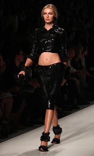 Blumarine: giubbino corto - pantaloni lucidi neri