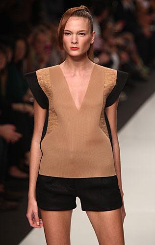 Byblos: maglia marrone nera - shorts neri