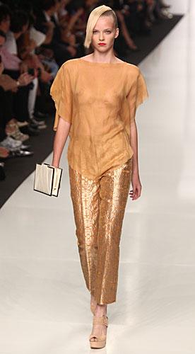 Byblos: pantaloni oro - maglia senape - pochette