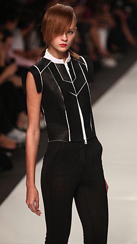 Byblos: pantaloni neri - giacca zip bianco nero