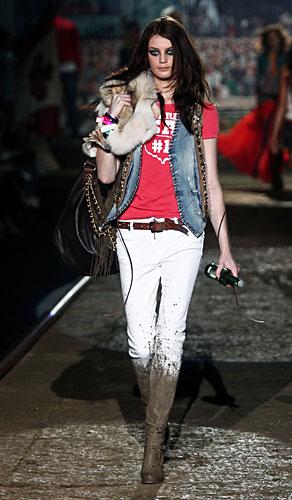 Dsquared2: Gilet jeans - t-shirt rossa - pantaloni
