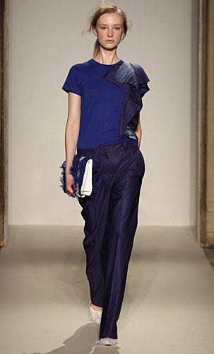 Gabriele Colangelo: maglia blu roouches - pantaloni
