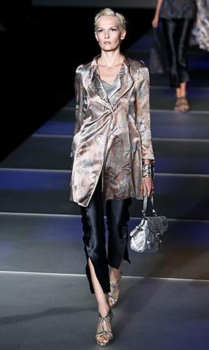 Giorgio Armani: Pantaloni spacco - giacca - borsa a mano